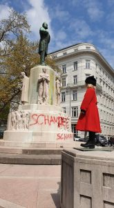 Mädchen mit rotem Mantel vor Lueger Statue